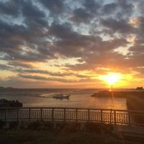 島から眺める海に沈む夕日・・・絶景です