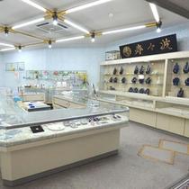 【売店】館内に真珠の販売店もございます