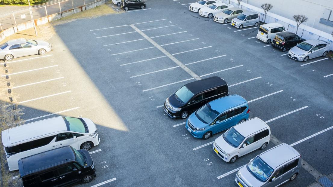 【駐車場無料】ホテル敷地内に平面駐車場40台完備!滞在中は入出庫自由でお好きな時間にお出かけも!