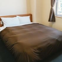 【スタンダードダブル】ベッドサイドにはコンセントを完備しスマホの充電などにも便利です!