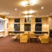 ビジネスホテルながら大人数でのご来館でも広々、清潔感溢れるフロントロビー。