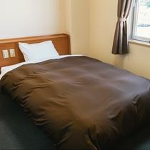 【シングル】シンプルで機能性に優れたお部屋です。ベッドサイドにコンセント完備。出張やひとり旅に!