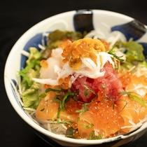 市場ならでは新鮮なお魚がお腹いっぱい味わえます。リーズナブルなのに新鮮なウニもたっぷりのった海鮮丼!