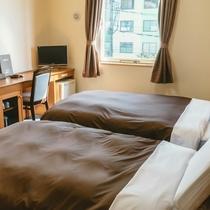 【ツインルーム】ゆとりあるセミダブルベッドにてごゆっくりとお寛ぎください。
