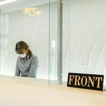 フロントにはアクリル板を設置し、感染拡大防止対策を行っております。