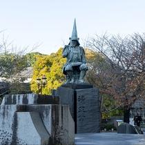 【加藤清正公像】熊本城・城彩苑へと続く坂の手前に立ち、写真スポットとして多くの観光客が訪れています。