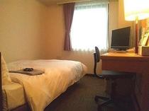 シングルルーム【12㎡】セミダブルベッド1台のお部屋です。禁煙室は禁煙フロアーとなります。
