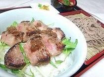 【ステーキ丼おそばセット】夕食は20定食から選択♪