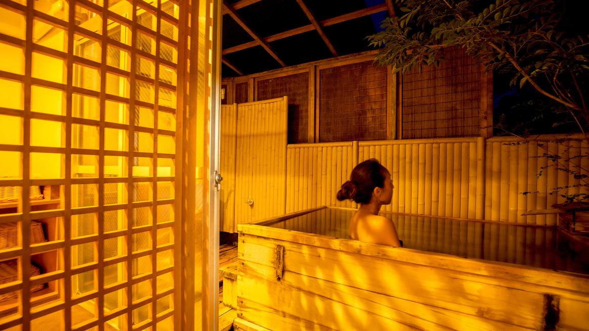 【露天風呂付客室】平成18年夏に露天風呂を新設した檜造りの露天風呂付客室。