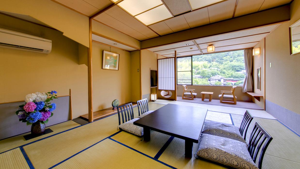 【源氏山を望む和室12.5畳】窓からは源氏山の眺望をご覧いただけます。