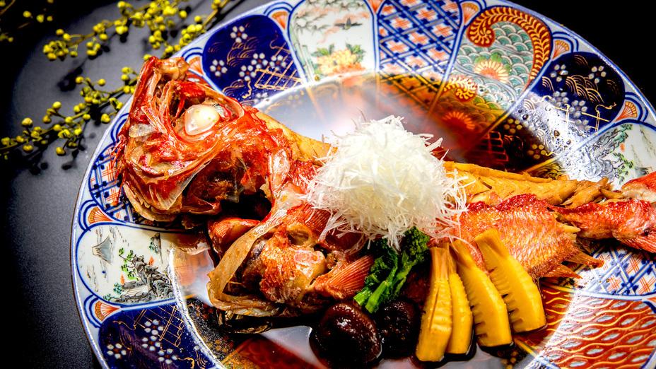 【八の坊名物】当館自慢のメイン料理!金目鯛のもろみ醤油焚きでございます。