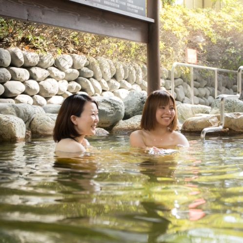 炭酸泉は、入浴直後から炭酸の気泡が身体に付着し、全身真っ白なベールに包まれます