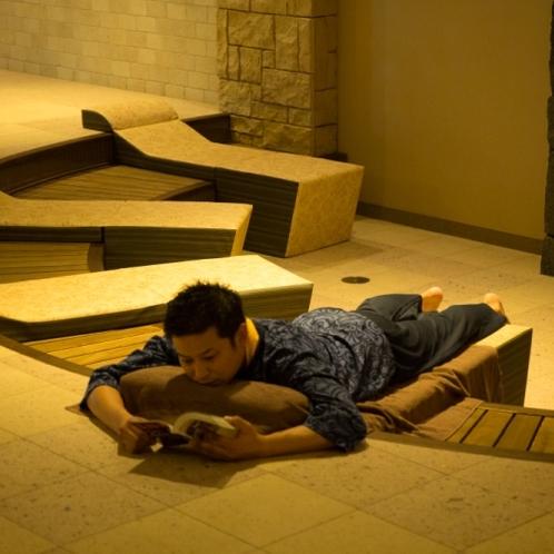 ヨガを楽しんだり、暖炉の前で炎を眺めたり、テレビを見たり、読書を楽しんだり、思い思いのひとときを