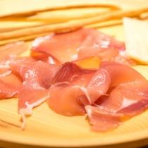 ワインによく合う1品といえば生ハムとチーズ