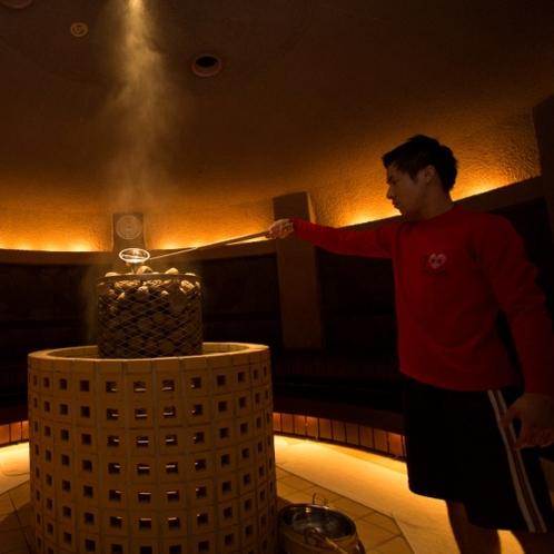 円形の室内で、中央に積み上げられた香花石と周りを囲む溶岩が、大量に遠赤外線を放出します