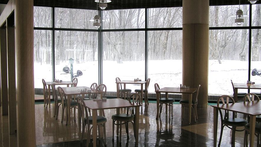 【レストラン】外には雪景色が広がります