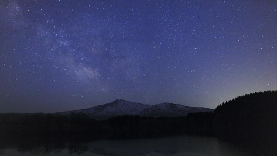 【周辺の星空】湖畔から望む満天の星空