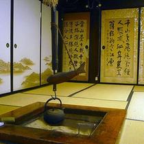 囲炉裏(当館で一番古い囲炉裏です。約130年の歴史があります)