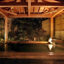 ひのき風呂に併設の露天風呂(夜の雰囲気)