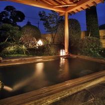 石風呂に併設の露天風呂(夜の雰囲気)