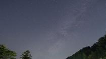 澄んだ夜空に浮かぶ星々をご覧ください。