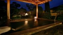 岩風呂に併設の露天風呂(夜)