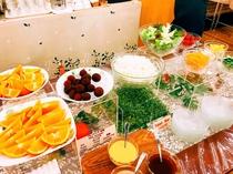 自慢のサラダバー フレッシュな野菜をお好みのドレッシングでお楽しみ頂けます。