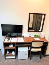 設備 大きな机でゆったりと作業をして頂けます。パソコン等大きな物を置いて頂いても大丈夫です