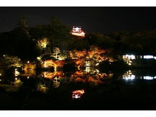 錦秋の彦根城玄宮園ライトアップ
