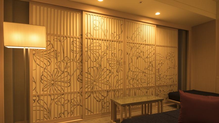 【ルーム・水鏡 ~ジ・アッパー・ビュー~】「和」を感じさせる窓際の木の格子