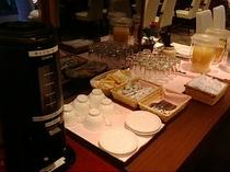 ≪ご朝食≫コーヒーやジュースのドリンクコーナー